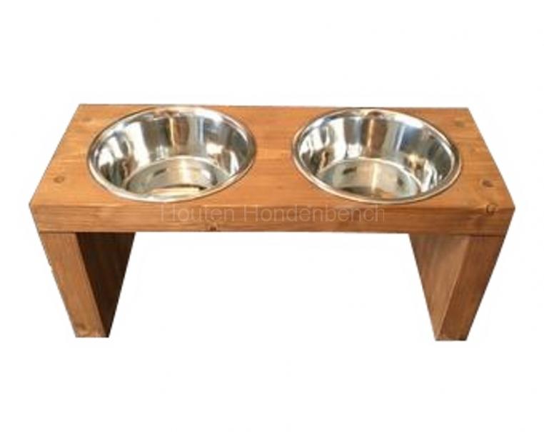 Honden drink en eet bakjes in houten standaard