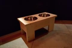 Steigerhouten meubeltje voor de honden voer en drinkbakken