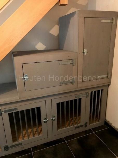Honden bench in Grey Wash met bovenkasten onder een trap