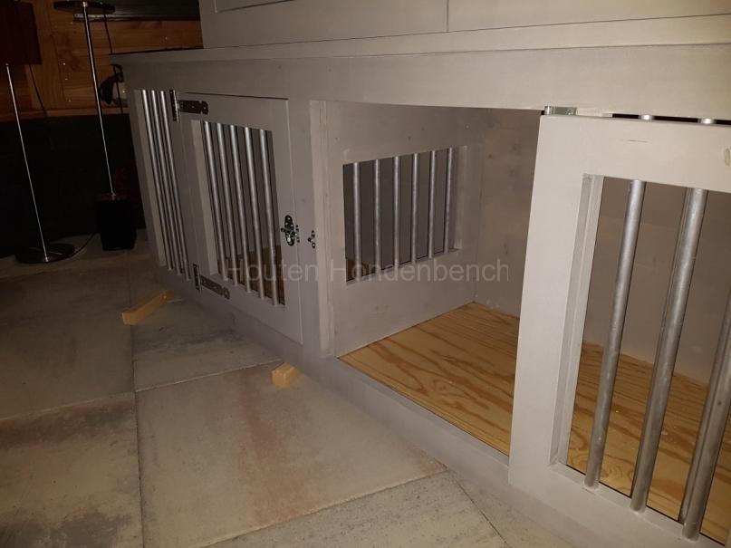 Honden bench in Grey Wash met tussenschot met spijlen