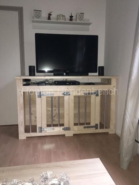 Hondenbench van hout als tv meubel
