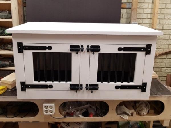 Hondenbench-van-hout-in-de-kleur-wit-met-2-deurtjes