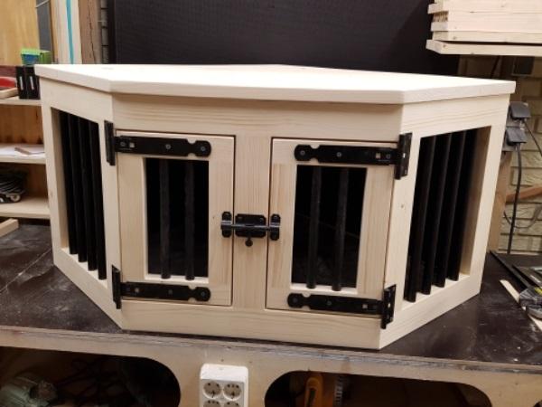 Hondenbench-van-hout-in-hoekmodel-met-2-deuren