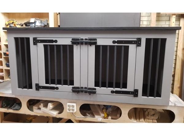 Hondenbench-van-steigerhout-in-Grey-Wass-met-zwart-bovenblad-en-2-deuren