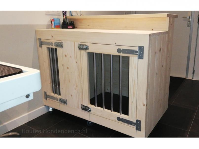 Houten hondenbench als verkoop balie in blank hout