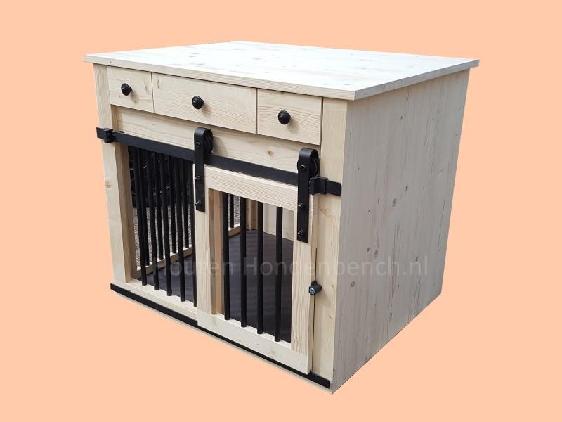 Industriele-houten-hondenbench-met-roldeur