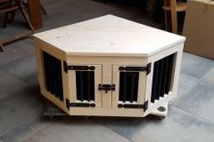 Hondenbench-hoekmodel-van-steigerhout-met-2-deuren