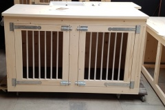 Hondenbench-meubel-in-blank-hout-voor-2-honden