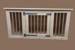 Hondenbench-van-hout-met-1-deur-en-blanke-spijlen