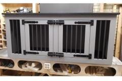 Hondenbench-van-hout-in-Grey-Wass-met-zwart-bovenblad-en-2-deuren