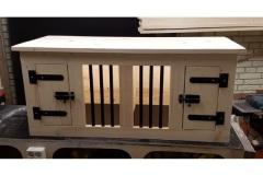 Hondenbench-van-hout-met-2-dichte-deurtjes-en-verlichting