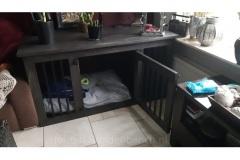 Houten-honden-bench-in-de-kleur-koloniaal-en-met-zwarte-beslag-en-spijlen