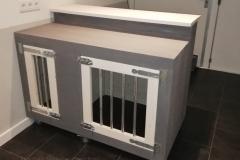 Houten hondenbench als verkoop balie in de kleuren grijs met wit