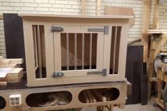 Houten hondenbench in blank steigerhout met 1 deur en spijlen in de zijkant