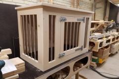 Houten hondenbench in blank steigerhout met spijlen in de voorkant en in de zijkant
