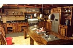 Buiten keuken in steigerhout op kleur gebracht in midden eiken