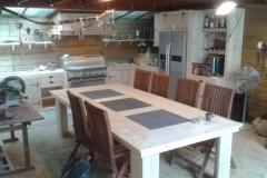 Eetkamer tafel in steigerhout met natuurstenen tegels in het blad